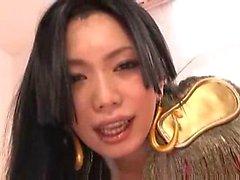 Asiatische Mädchen, die ihre Pussy leckte, fing auf die Matratze