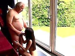 Teenager und alten Mann fühlte Muskeln Cathy scheint betroffen