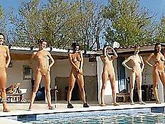 Шесть обнаженные девушки возле бассейна из Польша