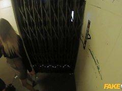 Fuck Cop bureau salope se baise dans un ascenseur