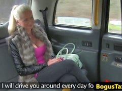 Finnische Taxi Babe fickt Schwanz zwischen Bigtits