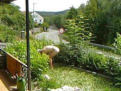 travail nudique dans le jardin
