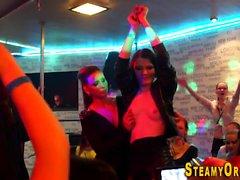 Cfnm tonåringar suger strippare