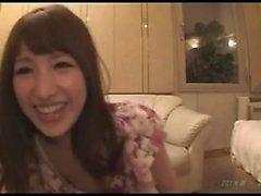 Asian Amateur in ihrer haarigen japanischen Pussy gefickt