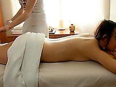 Teenie bereichert Massage-Sitzung mit einer mündlichen Sitzung
