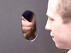 A Cody della palude ginocchio davanti ad un da parete del glory holes , aspirando