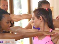 FitnessRooms группы йоги сессия заканчивается потной Creampie