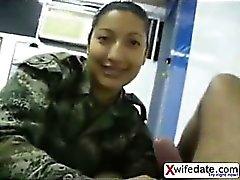 Koreanisch solider Mädchen lecken seiner Kugel