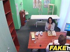Fake Hospital Ärzte streckt heiße portugiesische Pussy Lippen