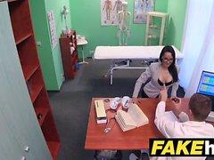 Les médecins de l'hôpital Faux étire les lèvres de chatte chaude portugais