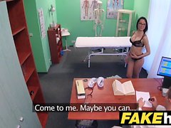 I medici finali di ospedale allunga le labbra portoghesi calde del pussy