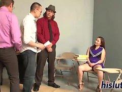Kinky gangbang con una niña asiática joven
