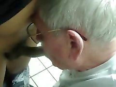 Abuelo plata de chupe pene negro