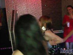 Foxy Babes werden im Club gefickt