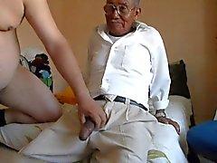 Vieil homme baisant les graisses