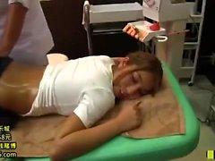 Asian Massage Babe saugt und weicht Schwanz hart nach der Massage