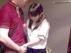 Zierliche barelylegal Asiatische Schülerin das Schleifen