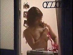 Viettelevä japanilaiset tyttö on maskatun guy maistamalla sekä saatanan