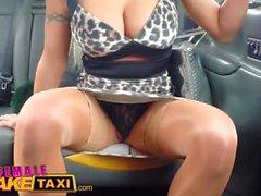 Weibliche Fake Taxi Pussy lecken und Dildo fucking Orgasmen mit redheads Spielzeug