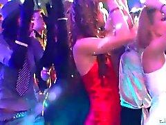 meninas desagradáveis dançando eroticamente