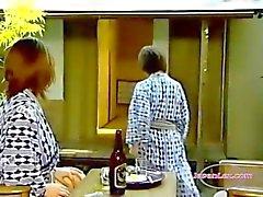 2 Aziatische vrouwen likken en vingerzetting kutjes 69 neuken met Strapon op de deken In De Roo