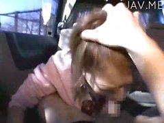 Япончика неопытный петух в автомобиле