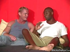 Varm Blonde kille får analt genom svarta nyanser
