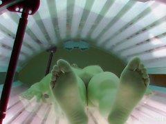 Afeitado y coño apretado cogido en Solarium