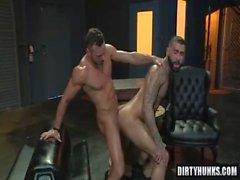 Sexo anal ao urso muscular com corrida