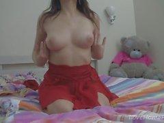 Brunett i en röd klänning kommer att förföra dig