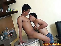Twinks asiatiques se léchant bodys et de de dénudage