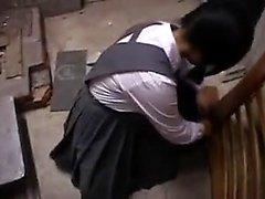 Pretty Oriental schoolgirl asettaa kätensä ja huulet työhön