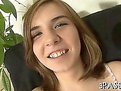 Hübschen Mädchen begrenzenden auf großen Hahn