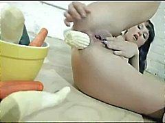 Brunett beslutar att göra en sallad i hennes röv med en skål med grönsaker
