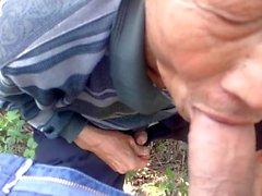 Kinesisk pappa suger torka sin vän på landet