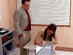 Leraar neukt zijn hete student in klaslokaal