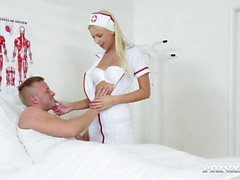 Slutty Hemşire Karol Lilien bir Hastayı davranır