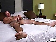 Joshua Corona erge alto circa sei piede e evoca