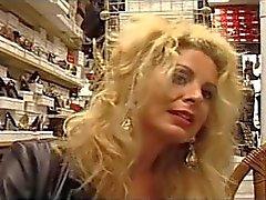 Euro milf Alessandra Schiavo baise le vendeur de chaussures