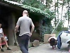 Indécent coquine vêtue fessé et la fucked sur un garaje