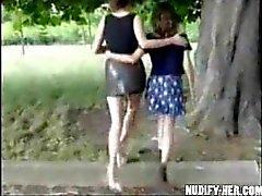 Две шлюх дрочить в общественных местах , по улице , парк во Францию !