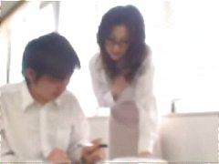 Hete rondborstige Japanse MILF geeft haar student een nieuw soort les