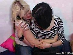Girlfirends lésbica que tem um momento íntimo e despertando