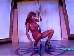Del separador asiático pechugón frotando su coño con el poste masturba en el club