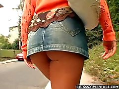 Bubbla assed flicka går hem ett sprängning