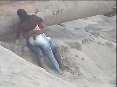 Латиноамериканец пару поймали на берегу моря