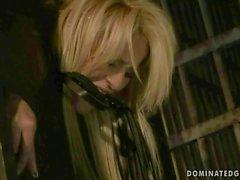 Blonde chaude se fait punir puis enculer à en prison