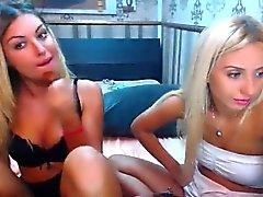 Dos chicas jóvenes atractivas sensualmente masturbándose juntos