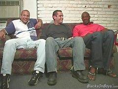 Homens negros compartilhando o rabo de um cara branco engraçado