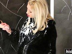 Blonde Karol Lilien masturbiert ihre enge Vagina